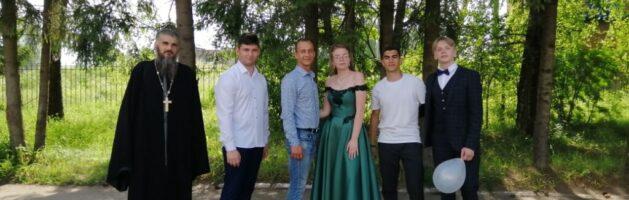 Иерей Алексей Дорохин на вручении аттестатов одиннадцатиклассникам